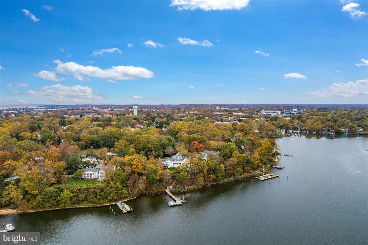 Luxury homes in waterfront in Wardour on Weems Creek