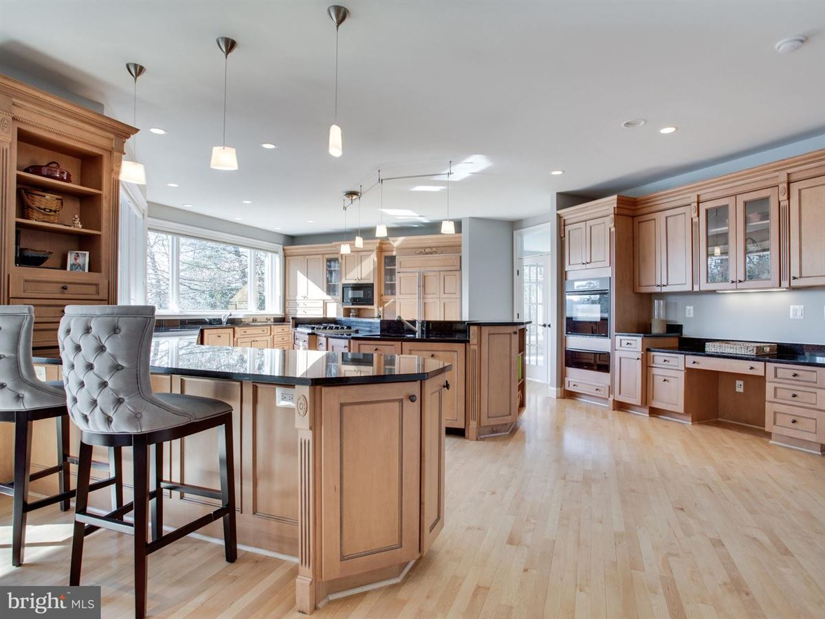 Luxury real estate Exquisite Colonial in Bluff Point on the Severn River
