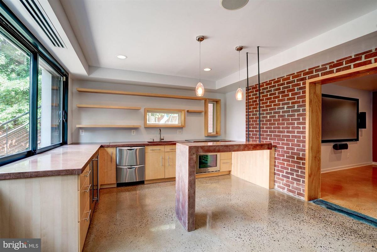 Luxury real estate six bedroom at end of cul-de-sac