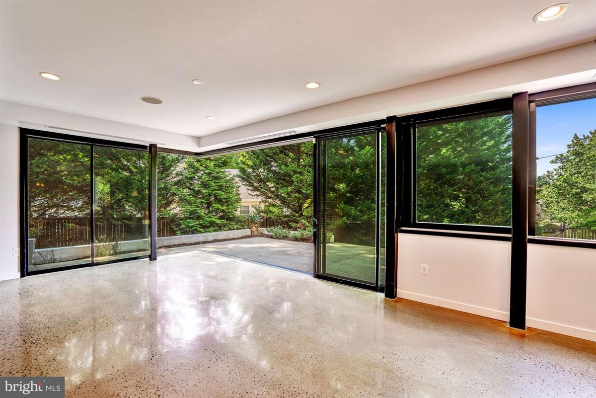 Luxury properties six bedroom at end of cul-de-sac