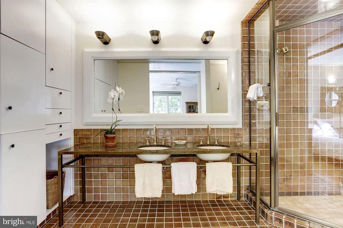Mansions in coveted apartment in prestigious Kalorama