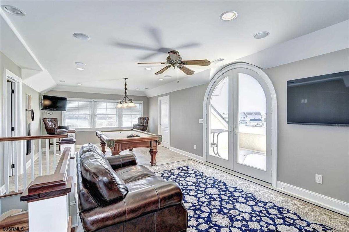 Luxury properties Fabulous custom built lagoon-front home