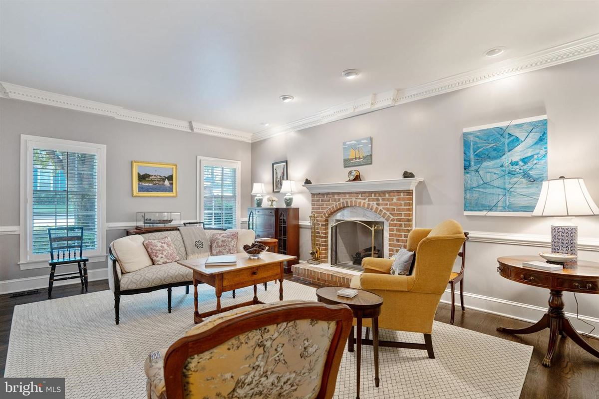 Luxury real estate Elegant classic colonial home