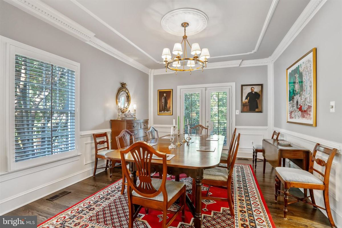 Luxury properties Elegant classic colonial home