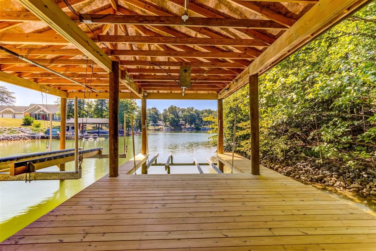 Mansions quality-built new waterfront home