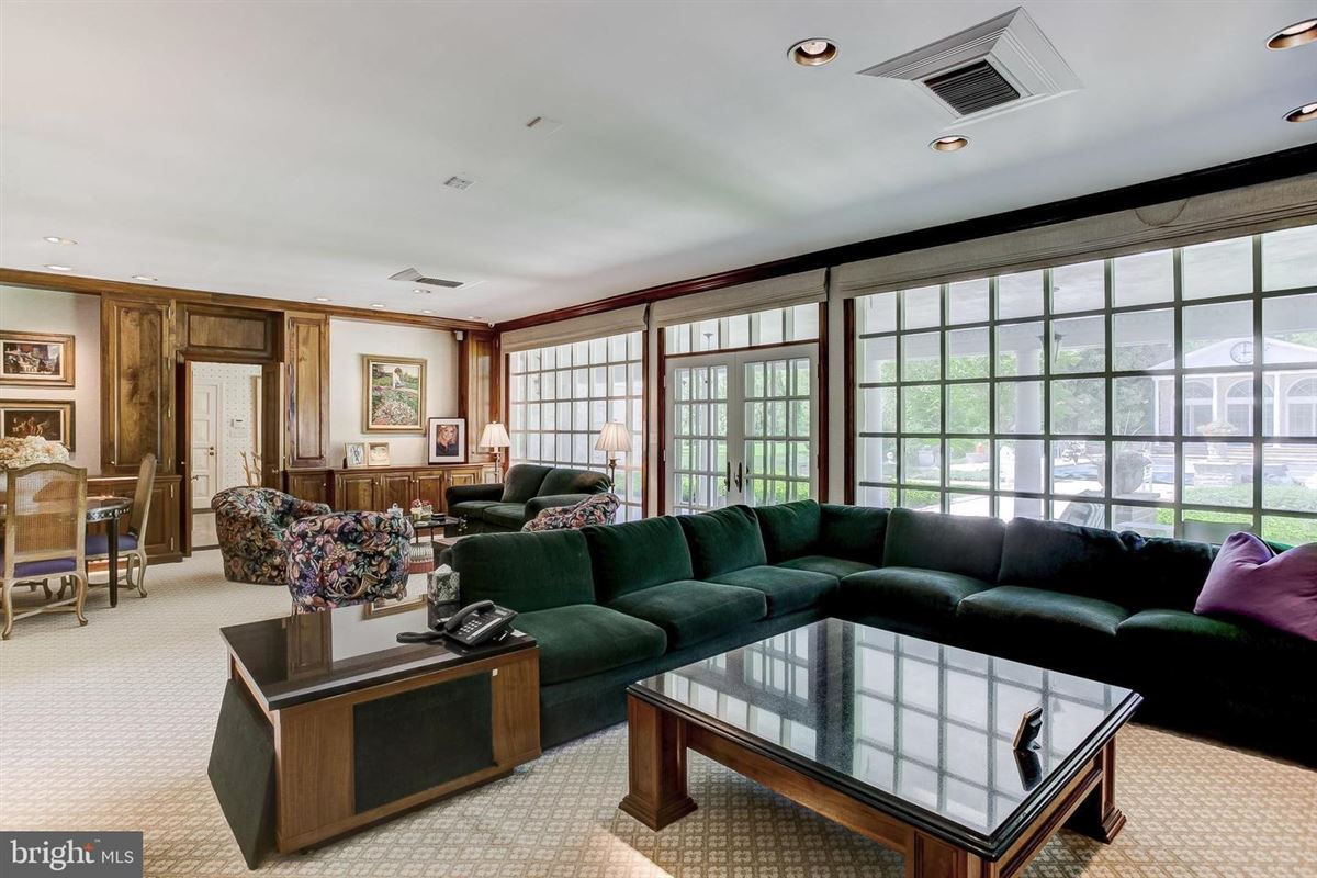 Mansions elegant Southern Colonial on nearly 10 acres