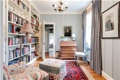 charming Colonial Revival in Westmoreland Place mansions