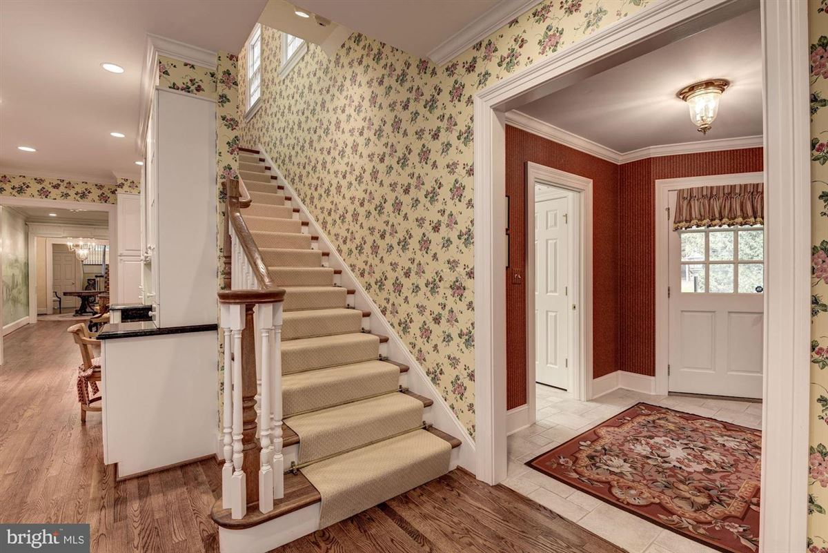Luxury real estate Spectacularly decorated and carefully maintained colonial