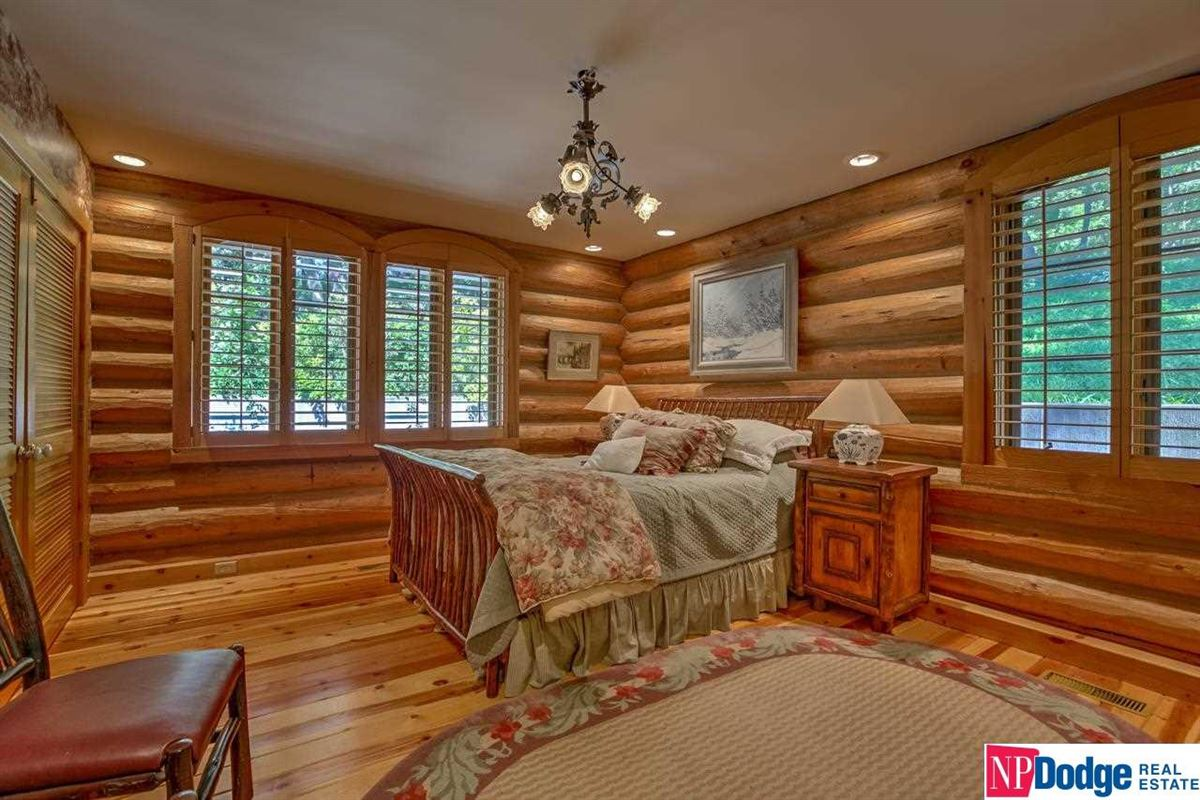 Luxury homes AUTHENTIC LOG Home and Guest Lodge