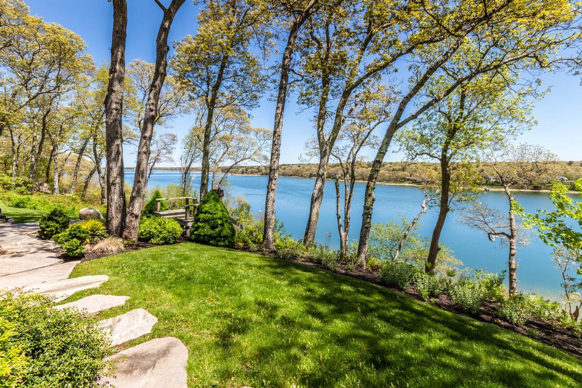 Luxury homes Stunning Elegance on Lagoon Pond