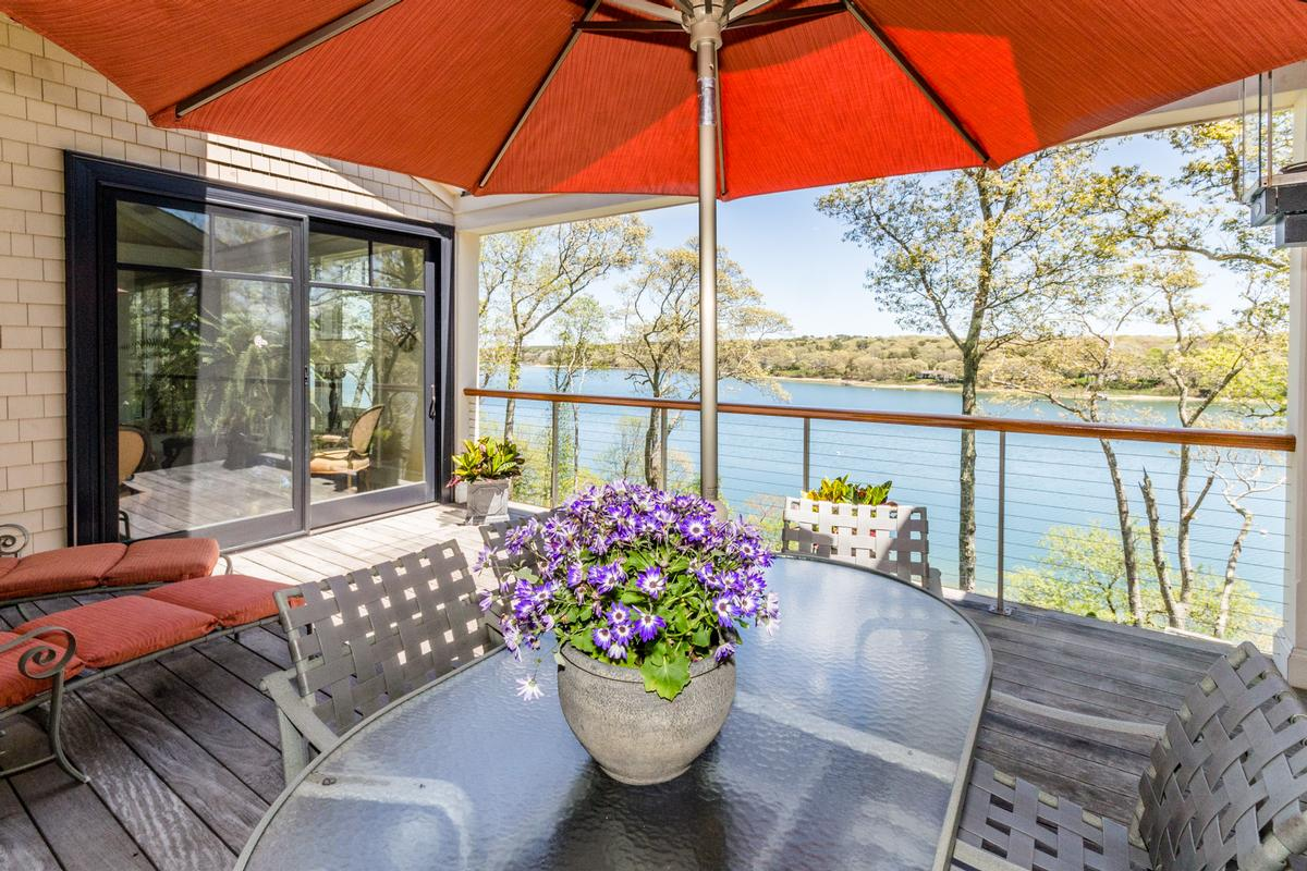 Luxury properties Stunning Elegance on Lagoon Pond