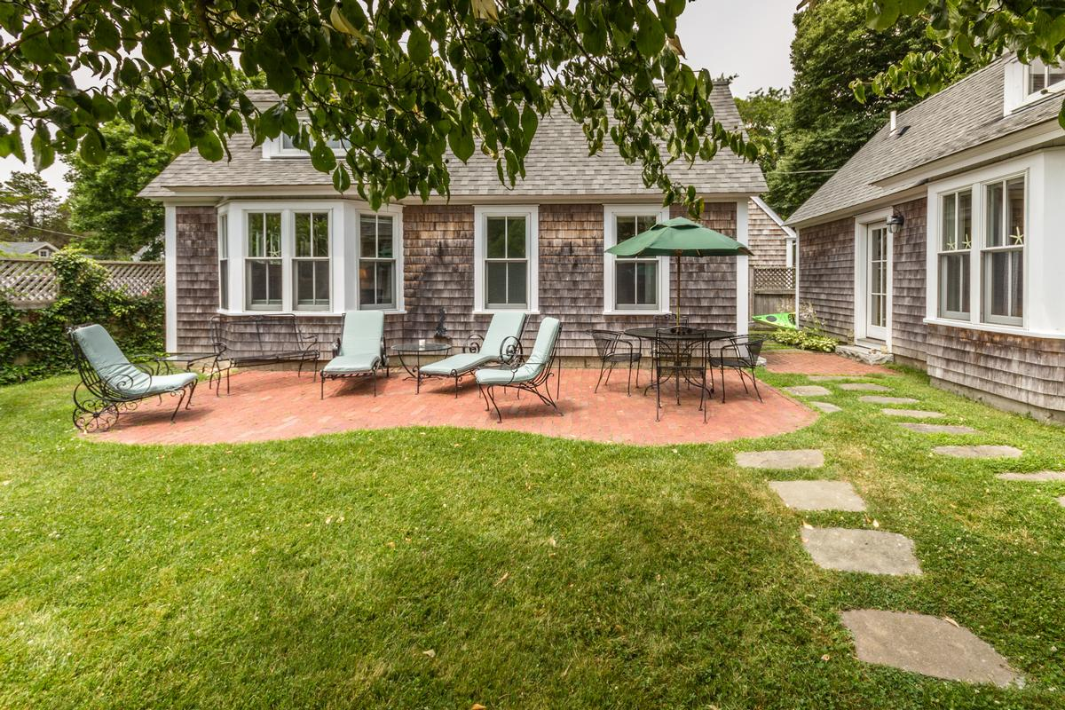 Mansions in A classic 1910 farmhouse in edgartown