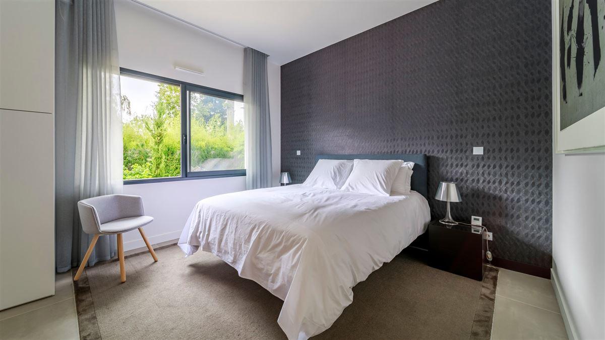 striking modern home and garden luxury properties