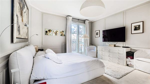 immaculate apartment in the Gros Caillou district luxury properties