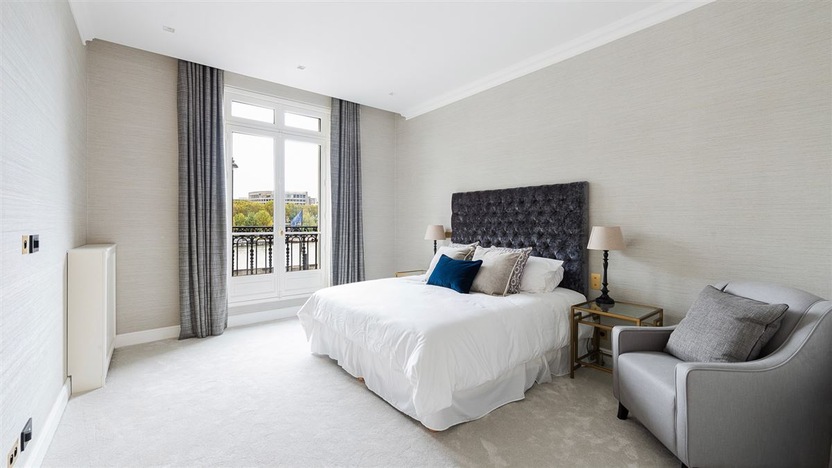 Mansions renovated apartment On the banks of the Seine