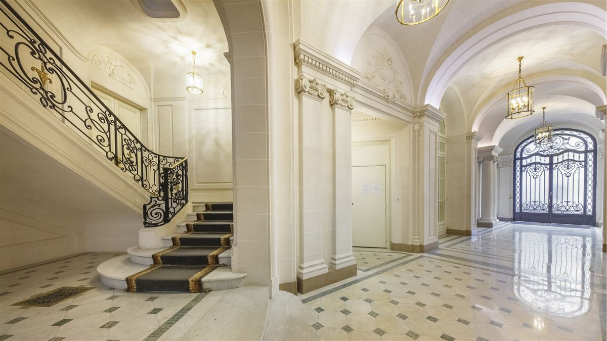 Mansions in exceptionally renovated and immaculate apartment