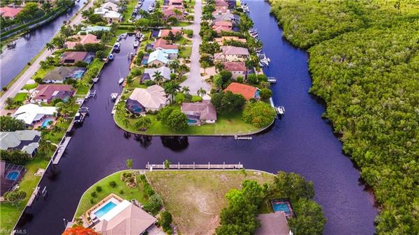 most desirable boating community mansions