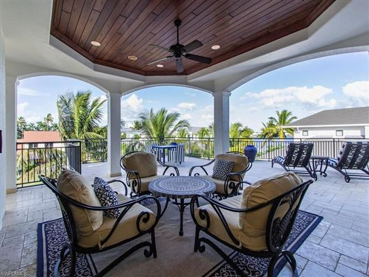 Luxury properties magnificent home in Aqualane Shores