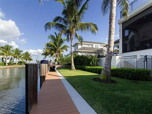 Mansions magnificent home in Aqualane Shores