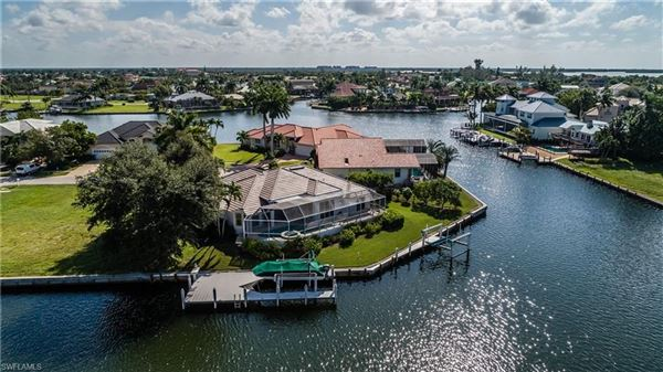 Luxury homes Gorgeous and well-maintained waterfront home