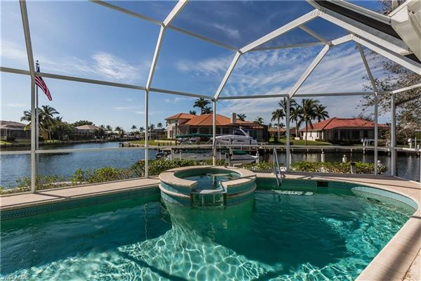 Gorgeous and well-maintained waterfront home mansions
